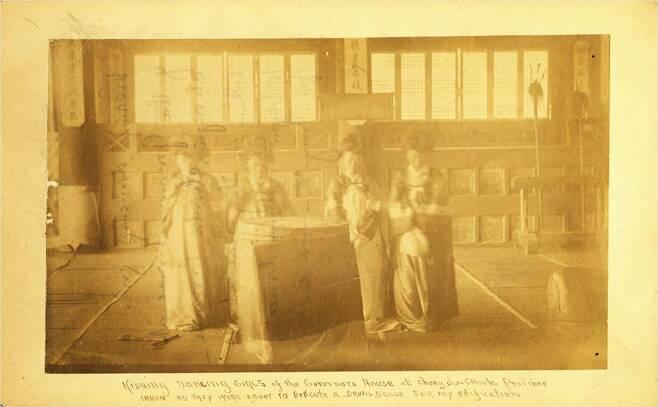 조지 클레이튼 포크(Foulk.1856-1893) 미 해군 중위가 찍은 과거 전라감영 선화당 내부 사진. (사진=전주시 제공)