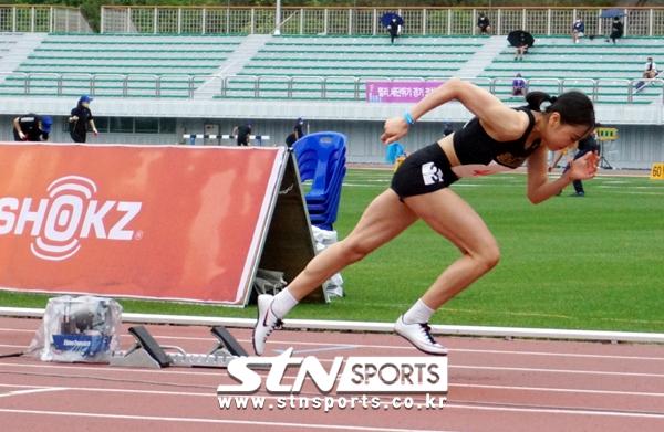 25일 강원 정선종합운동장에서 열린 '제11회 한국 U18(청소년) 육상경기대회' 여자부 400m에 출전한 양예빈이 출발 총성과 함께 힘찬 스타트를 끊는 모습.