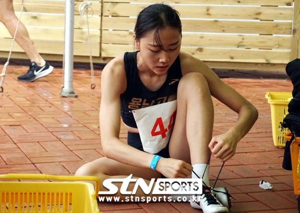 25일 강원 정선종합운동장에서 열린 '제11회 한국 U18(청소년) 육상경기대회' 여자부 400m에 출전한 양예빈이 경기 후 신발끈을 풀고 있는 모습.