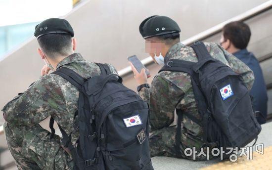신종 코로나바이러스 감염증(코로나19) 확산 방지를 위해 통제됐던 장병 휴가가 정상 시행된 8일 서울역에서 휴가를 떠나는 장병들이 열차를 기다리고 있다. /문호남 기자 munonam@