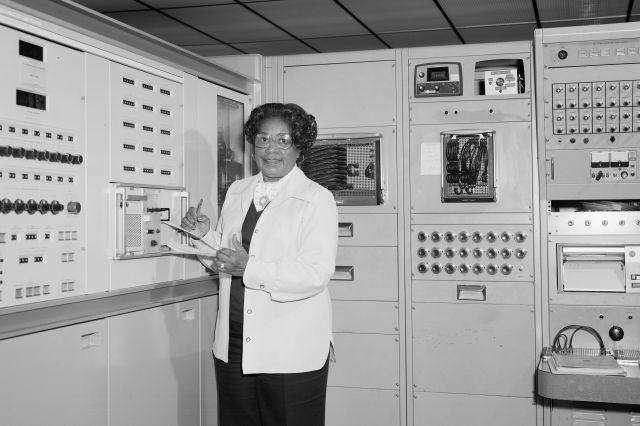1977년 미국 버지니아 주 햄프턴의 NASA 랭글리 연구소에서 찍힌 메리 W. 잭슨의 모습. AP 연합뉴스