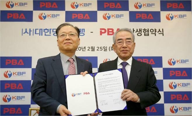지난 2월 상생 협약을 맺은 대한당구연맹 남삼현 회장(왼쪽)과 프로당구협회 김영수 총재가 기념 촬영을 한 모습.(사진=연맹)