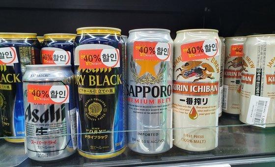 편의점을 장악했던 일본 맥주가 ' 불매 운동 ' 1 년 만에 씨가 말랐다 . 지난해 11 월 서울 시내 한 슈퍼마켓에서 팔리지 않는 일본 맥주를 할인해 팔고 있는 모습 . 연합뉴스〉