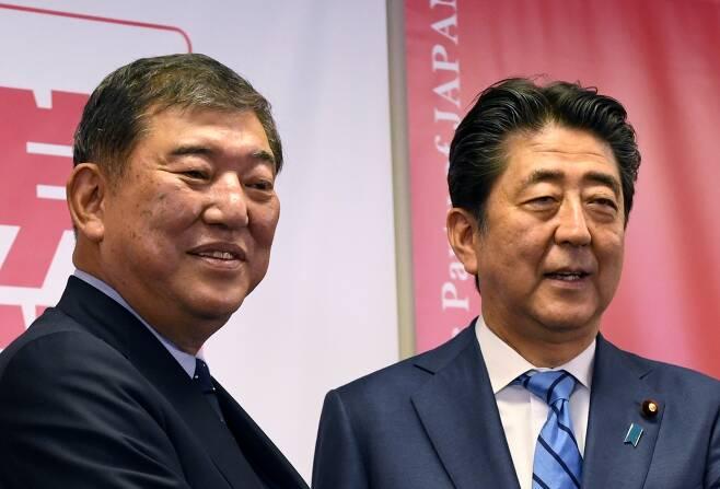 이시바 시게루 전 자민당 간사장(왼쪽)과 아베 신조 일본 총리(오른쪽). /사진=AFP