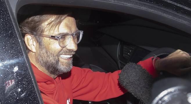 ▲ 리버풀이 우승을 확정한 26일(한국시간) 위르겐 클롭 리버풀 감독이 차 안에서 인터뷰하고 있다. ⓒ연합뉴스/EPA