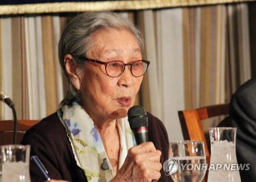 일본군 위안부 피해자인 김복동 할머니가 2015년 4월 24일 일본 외국특파원협회에서 열린 기자회견에서 발언하고 있다. [연합뉴스 자료사진]
