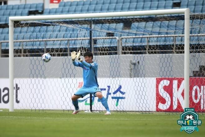 제주 주민규의 페널티킥을 막아내는 경남 골키퍼 손정현 [한국프로축구연맹. 재판매 및 DB 금지]