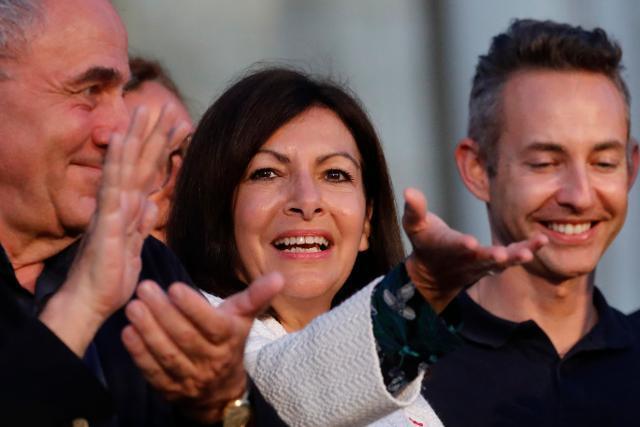 안 이달고(가운데) 프랑스 파리시장이 지방선거가 열린 28일 승리를 선언한 뒤 손을 뻗어 지지자들 환호에 화답하고 있다. 파리=AP 연합뉴스