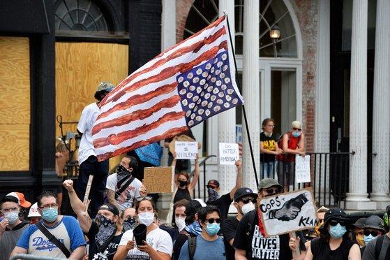 27일(현지시간) 미국 매사추세츠주 보스턴에서 인종차별에 반대하는 이들이 경찰과 대치하고 있다. [AFP=연합뉴스]