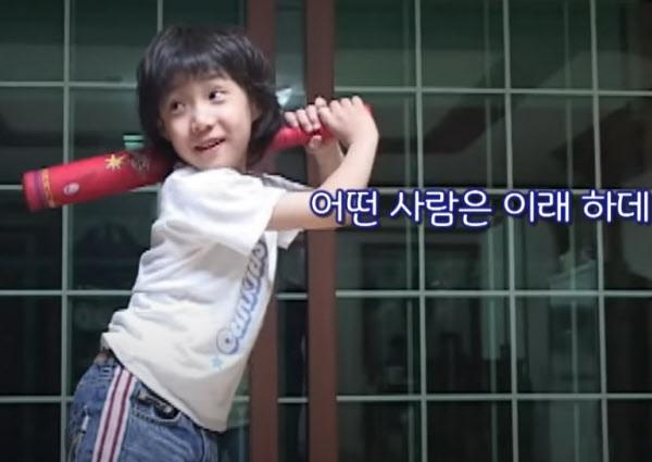 삼성 마해영의 타격 폼을 흉내내는 꼬마 원태인. / KBS스포츠 유튜브 캡쳐