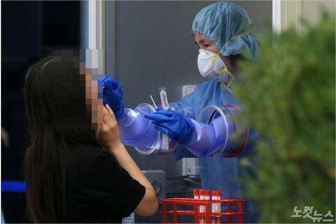 22일 서울 양천구 보건소 선별진료소를 찾은 시민들이 코로나19 검사를 받고 있다. 이한형기자