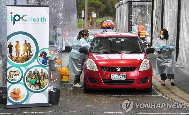 호주 빅토리아주 멜버른에서 코로나19 검사를 시행하는 모습 (Photo by William WEST / AFP)