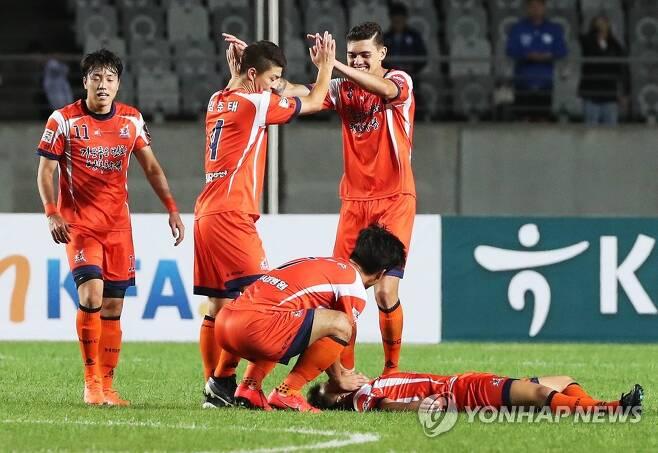 지난 시즌 FA컵 4강 1차전에서 수원 삼성에 승리한 뒤 기뻐하는 화성FC 선수들 [연합뉴스 자료사진]