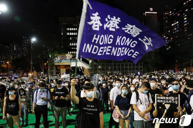 천안문 사건 31주년을 추념하는 시위대가 홍콩 독립이라고 쓰인 깃발을 들고 집회를 벌이고 있다. © 로이터=뉴스1 © News1 박형기 기자
