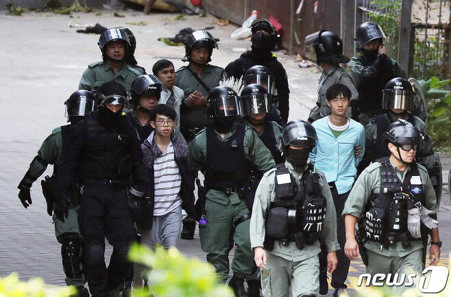 20일 오전 홍콩 이공대학교에서 시위 참여 학생들이 탈출에 실패한 후 경찰과 함께 나서고 있다. 2019.11.20/뉴스1 © News1 이재명 기자