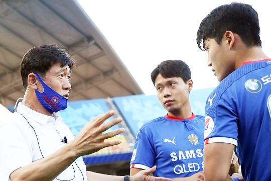 작전 지시를 내리고 있는 수원 삼성 이임생 감독(사진 맨 왼쪽)(사진=한국프로축구연맹)