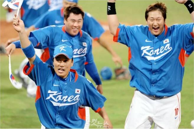 베이징올림픽 야구 결승전에서 쿠바를 누르고 금메달을 거머쥔 야구대표팀 선수들이 태극기를 손에 들고 감격하며 그라운드를 도는 모습.(자료사진=노컷뉴스)