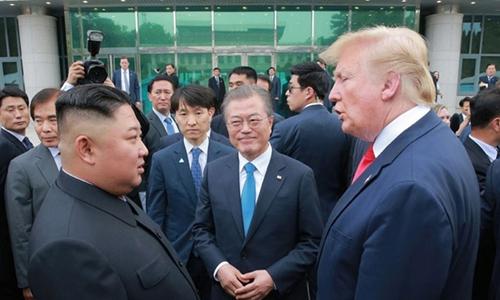 2019년 6월 진행된 남북미 판문점 회동에서 이야기를 나누는 문재인 대통령(가운데), 트럼프 미국 대통령(오른쪽), 김정은 위원장. 연합뉴스