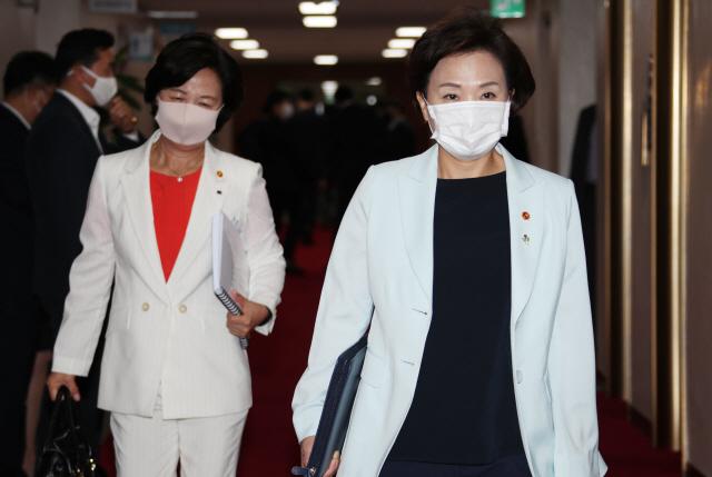 김현미 국토교통부 장관(오른쪽)과 추미애 법무부 장관이 30일 정부서울청사에서 열린 국무회의에 참석하고 있다./연합뉴스