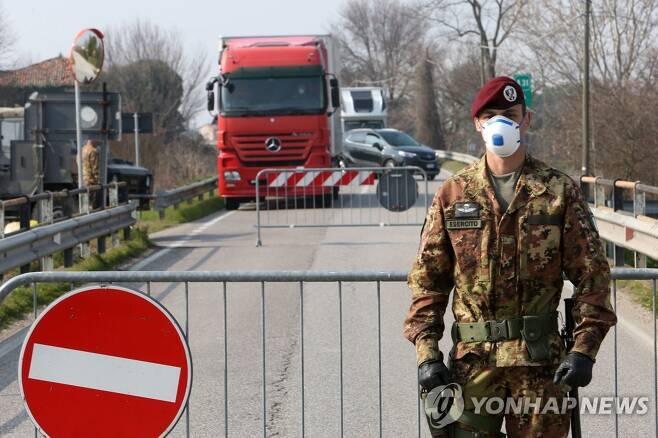 지난 2월 24일 봉쇄령으로 진입로가 통제된 북부 베네토 보 지역의 모습. [EPA=연합뉴스]