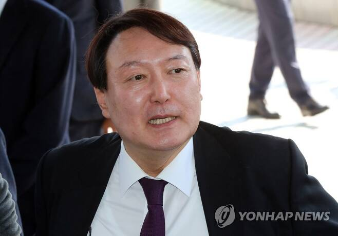윤석열 검찰총장이 2020년 2월 20일 오후 광주고등·지방검찰청에 들어서는 모습. [연합뉴스 자료사진]
