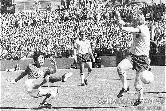 1973년 10월 28일 호주 시드니에서 펼쳐진 서독 월드컵 예선 호주전에서 김재한이 회심의 슈팅을 시도하고 있다(사진=게티이미지코리아)