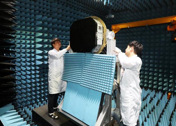 지난 2017년 7월 경기 용인시 한화시스템 레이더연구소에서 공개된 한국형전투기(KFX) 탑재용 에이사레이더 시제품. 국내 방산업계는 최근 에이사레이더 해외 성능 평가에 통과해 완제품 개발에 최종 성공했다.[연합]