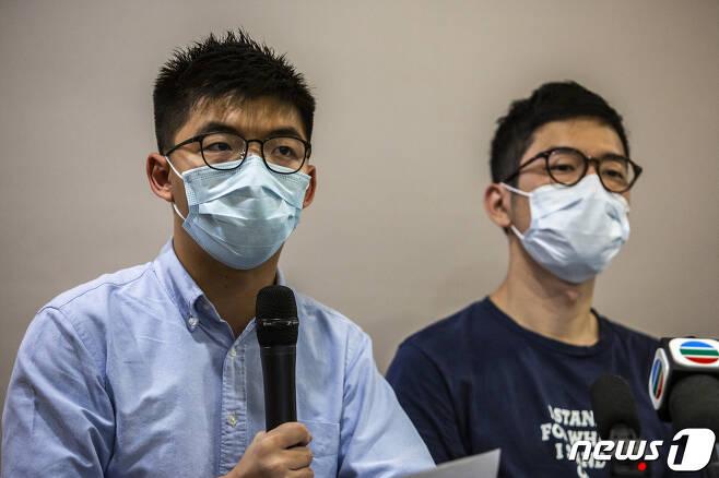 홍콩 유명 반체제 인사 네이선 로(사진 오른쪽)와 조슈아 웡(왼쪽). © AFP=뉴스1