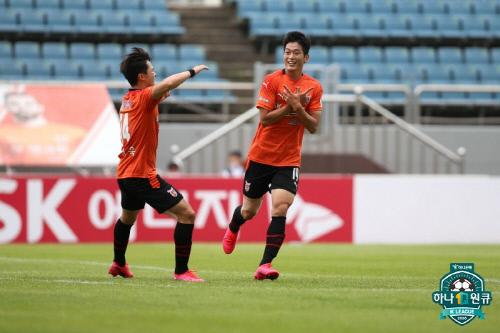 제주 공격수 공민현(오른쪽)이 지난달 28일 경남전에서 골을 넣고 세리머니를 펼치고 있다. 제공 | 한국프로축구연맹