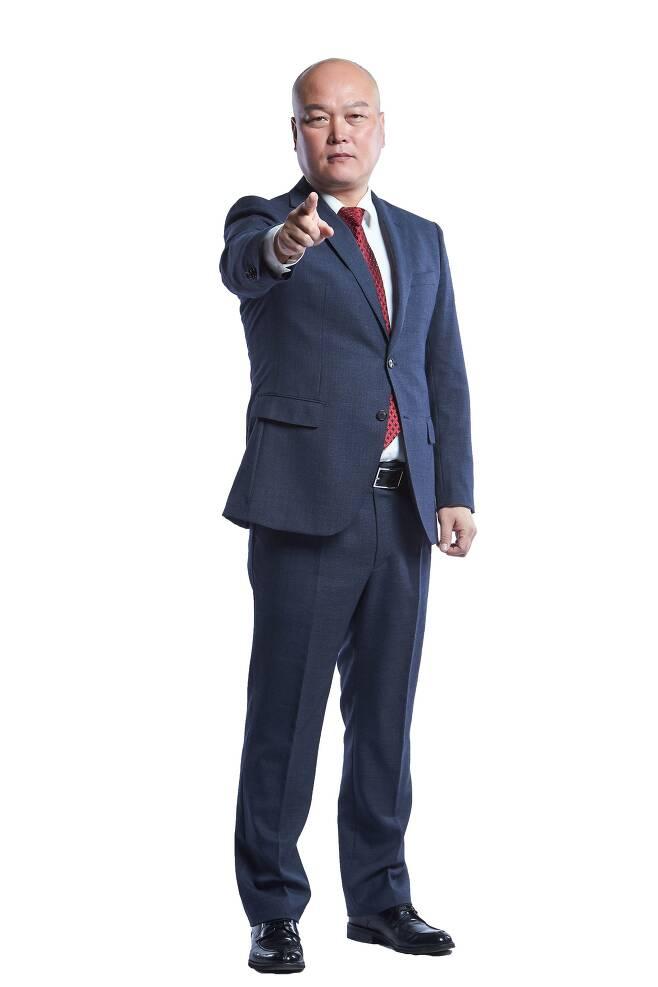 김태완 감독이 화끈한 공격 축구로 상주 상무의 돌풍을 이끌고 있다. 맨체스터 시티의 명장 펩 과르디올라 감독과 외모·전술이 엇비슷해 '펩태완'으로 불린다. [사진 상주 상무]