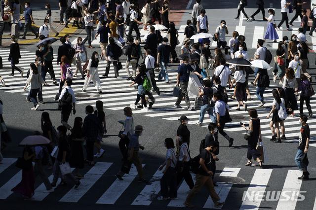 [도쿄=AP/뉴시스]2일 일본 도쿄 시부야에서 신종 코로나바이러스 감염증(코로나19) 예방을 위해 마스크를 쓴 사람들이 횡단보도를 건너고 있다. 2020.07.02.