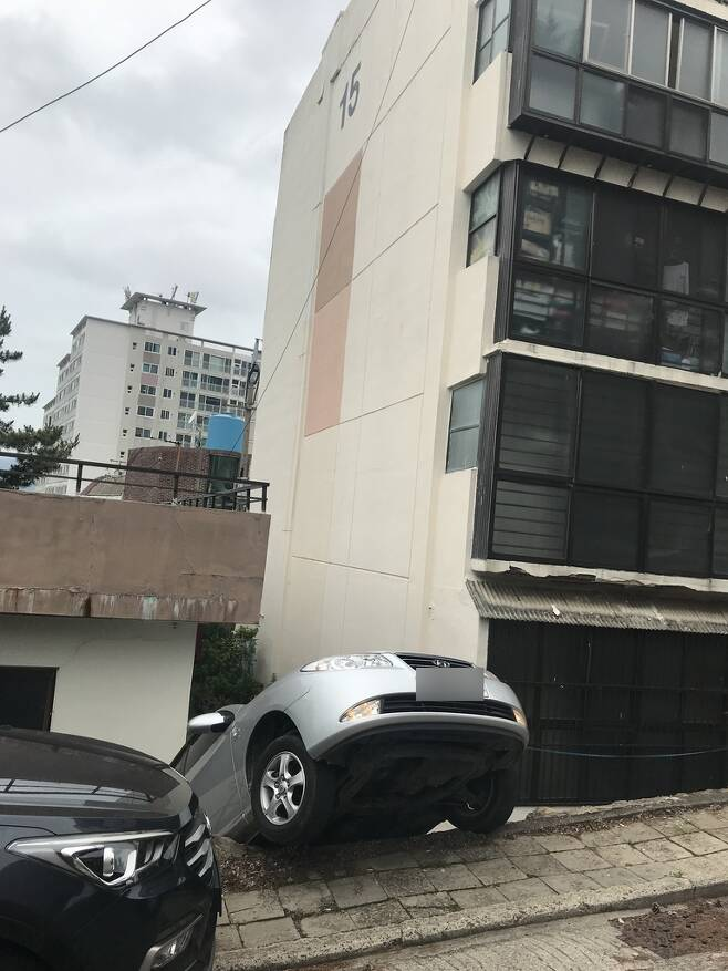 후진하다 2m 아래로 추락한 승용차 [부산해운대경찰서 제공. 재판매 및 DB 금지]