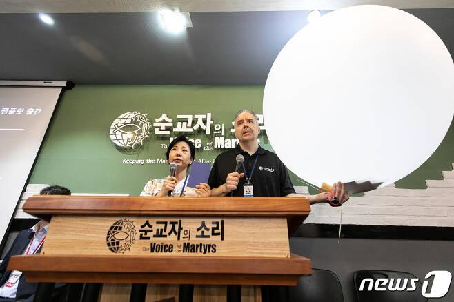 에릭 폴리 순교자의 소리 목사(오른쪽)와 폴리현숙 대표가 24일 오전 서울 성북구 순교자의 소리에서 이재명 경기도지사가 지난 22일 대북전단 살포단체에 대해 경찰에 수사의뢰를 한 사안에 대해 입장발표 기자회견을 하고 있다. 이들은 이날 기자회견을 통해 한국 순교자의 소리는 '지난 15년 동안 다른 단체와 달리 풍선에 정치적 메시지가 담긴 전단을 보낸 적이 없으며, 오로지 북한 정부가 직접 출판한 성경 번역본만을 보냈다'고 밝히고, 성경을 담은 풍선을 북한에 보내는 것을 범죄행위로 규정한 정부와 수사를 의뢰한 이재명 경기도지사를 규탄했다. 한편 이재명 경기도지사는 지난 22일 대북전단 살포와 관련해 사기자금유용 등의 혐의로 자유북한운동연합(대표 박상학), 순교자의 소리(대표 폴리현숙), 큰샘(대표 박정오), 북한돕기직접돕기운동 대북풍선단(대표 이민복) 단체를 경찰에 수사의뢰했다. 2020.6.24/뉴스1 © News1 이승배 기자