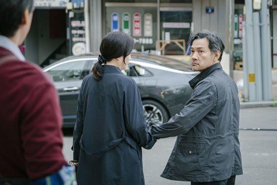"""'숙이씨""""가 과일가게 사장님과 다정한 모습을 보이자 입을 삐죽이며 삐친 모습. [사진 tvN]"""