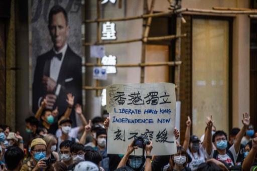 '홍콩 반환 23주년'이던지난 1일 홍콩 시내에서 시위대가 '홍콩독립'이라고 적힌 플래카드를 들고 구호를 외치고 있다. 홍콩 국가보안법(홍콩보안법) 시행 첫날인 이날 시위대300여명이 체포됐다. 홍콩=AFP연합뉴스