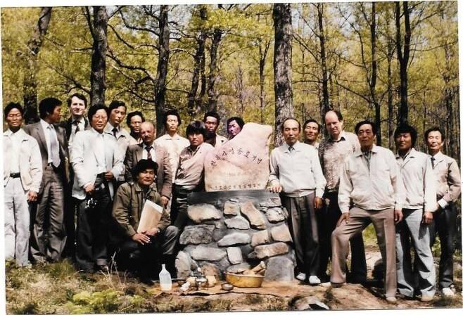 1984년 울산시 울주군 상북면 숲에 설치된 한독사업 종료 기념비 앞에서 당시 사업에 참여했던 관계자들이 기념촬영을 하고 있다. [백년숲 사회적협동조합 제공. 재]판매 및 DB 금지]