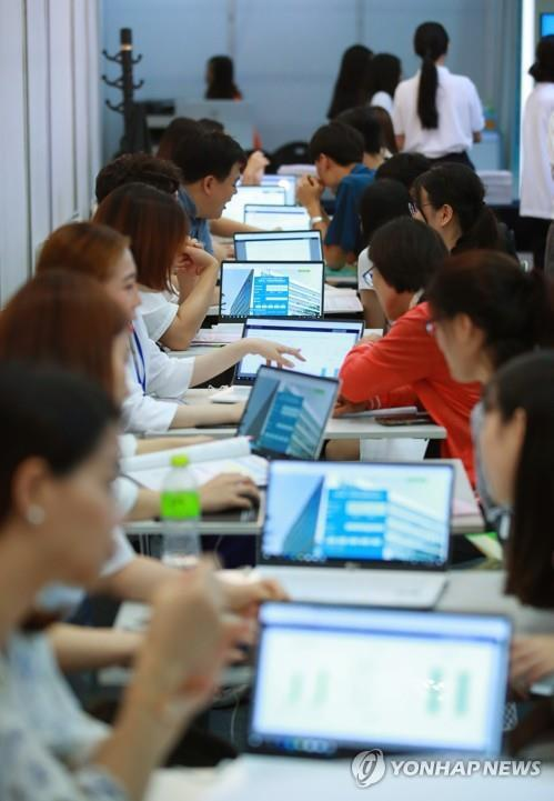 수시 입학 상담받는 수험생들 [연합뉴스 자료사진]