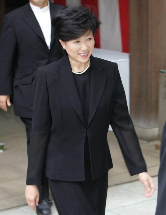 2005년 8월 15일 고이케 유리코(小池百合子) 당시 일본 환경상이 야스쿠니(靖國)신사를 참배하고 나오는 모습. [교도=연합뉴스 자료사진]