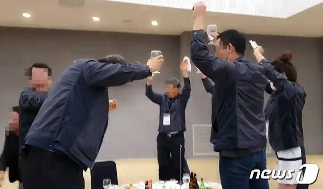 지난 6월 25일 강원 평창에서 열린 소상공인연합회 워크숍 술자리 모습 (NSP통신 제공) © 뉴스1