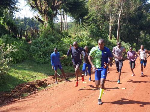 오주한이 케냐에서 훈련 파트너들과 함께 러닝을 하고 있다. 제공 | 오창석 교수