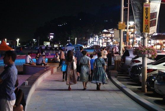 지난해 7월 강원 강릉시 안목 커피거리 일대에 관광객이 붐비고 있다. 뉴스1