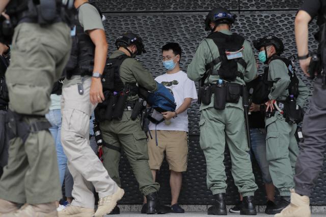 홍콩 경찰이 시위현장 근처에서 시민을 검문하고 있다. /AP연합뉴스