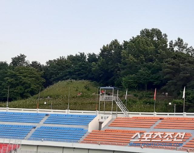 7일, 산 중턱에서 상주시민운동장에서 열린 상주상무와 전북 현대의 '하나원큐 K리그1 2020' 대결을 지켜보는 팬들.