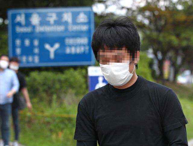 세계 최대 아동 성 착취물 사이트 '웰컴 투 비디오' 운영자인 손정우 씨가 6일 오후 법원의 미국 송환 불허 결정으로 석방되어 경기도 의왕 서울구치소를 나서고 있다. /연합뉴스