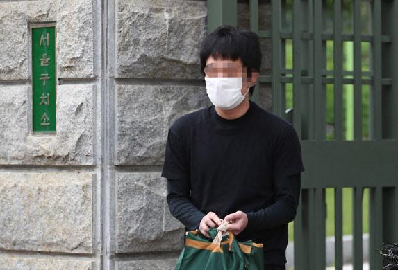 세계 최대 아동 성 착취물 사이트 '웰컴 투 비디오' 운영자인 손정우 씨가 6일 오후 법원의 미국 송환 불허 결정으로 석방되어 경기도 의왕 서울구치소를 나서고 있다.(사진=연합뉴스)