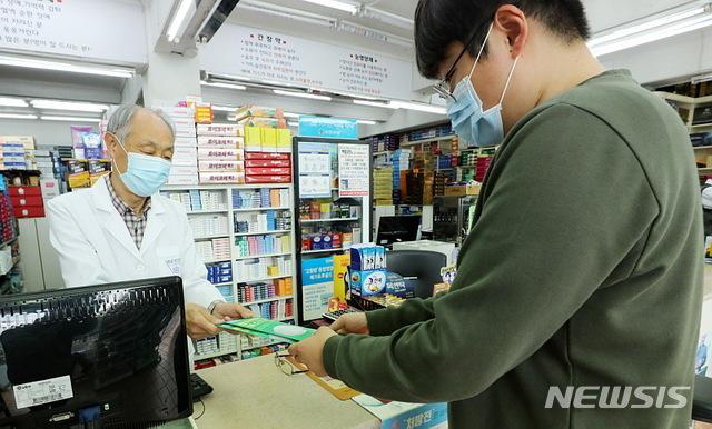 [서울=뉴시스]박주성 기자 = 식품의약품안전처가 마스크 수급이 안정화 단계로 접어들면서 한 주에 1인당 구매 가능한 공적 마스크 수량을 2매에서 3매로 늘린 가운데 27일 오전 서울 종로의 한 약국에서 시민들이 공적 마스크를 3매 씩 구입하고 있다. 2020.04.27. park7691@newsis.com