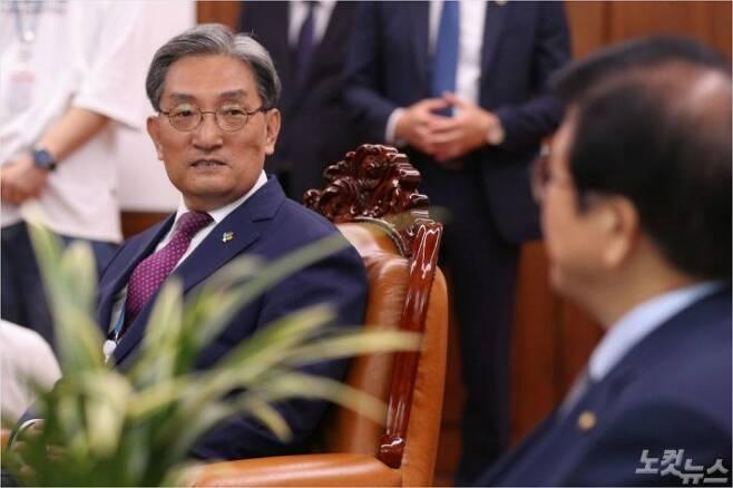 노영민 대통령비서실장이 지난달 8일 국회 의장실을 찾아 박병석 국회의장을 예방하고 있다. 윤창원기자