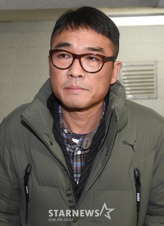 유흥업소 여종업원 성폭행 혐의를 받고 있는 가수 김건모가 서울 강남경찰서에 피고소인 조사를 받기 위해 출석하고 있다./사진=스타뉴스