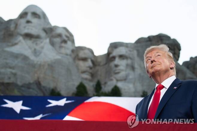 '큰 바위 얼굴' 앞에 선 트럼프 (키스톤 AFP=연합뉴스) 도널드 트럼프 미국 대통령이 3일(현지시간) 독립기념일 행사를 위해 사우스 다코다 주 키스톤에 있는 러시모어산에 도착하고 있다. 러시모어산 '큰 바위 얼굴'은 조지 워싱턴·토머스 제퍼슨·시어도어 루스벨트·에이브러햄 링컨 등 4명의 전직 대통령 얼굴이 조각돼 있다. sungok@yna.co.kr