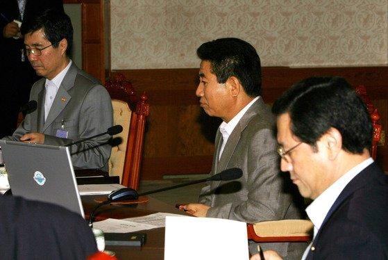 2006년 8월 31일 노무현 전 대통령이 부동산정책회의에 참석, 보고를 받고 있다. [중앙포토]